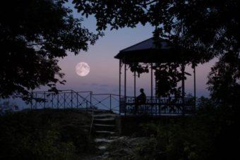 新潟で人気の結婚指輪と婚約指輪 にわか(ニワカ)   新潟の花嫁が思わずため息をつく美しさ、月をモチーフにしたダイヤモンドエンゲージリング
