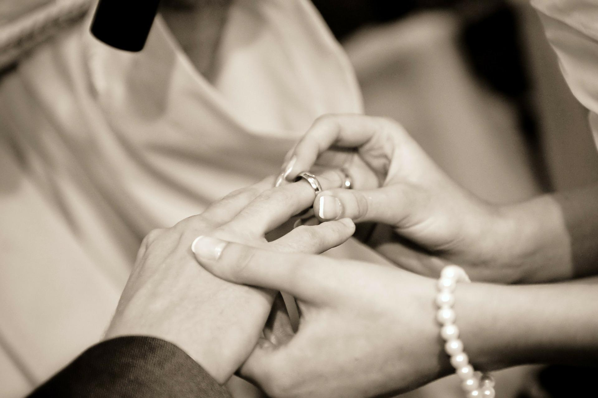 新潟で人気の結婚指輪(マリッジリング)と婚約指輪(ダイヤモンドエンゲージリング)鍛造 | 鍛造製法で叶えることのできる究極の指どおり ドイツジュエリー クリスチャンバウアー(CHRISTIAN BAUER)は一生涯のマリッジリング