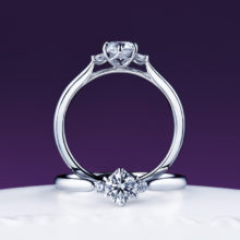 新潟で人気の結婚指輪と婚約指輪 にわか(ニワカ) | ダイヤモンドを包み込む丸みのある婚約指輪 -寄り添い微笑む純白のすずらん-