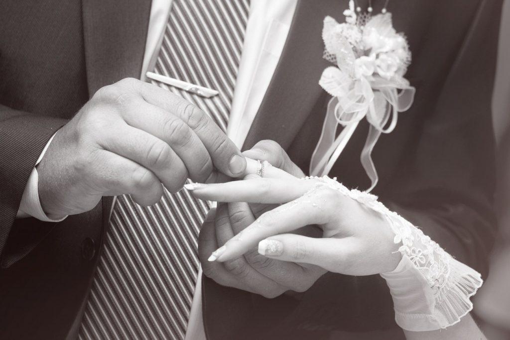 新潟で人気の結婚指輪(マリッジリング)と婚約指輪(ダイヤモンドエンゲージリング)俄(にわか) | 結婚指輪で美しい和彫りを楽しむ、新潟で注目のマリッジリング